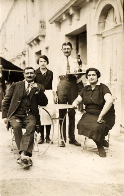 Terrasse du Grand café : debout Marie-Rose Riu, assise Mme Pomarède