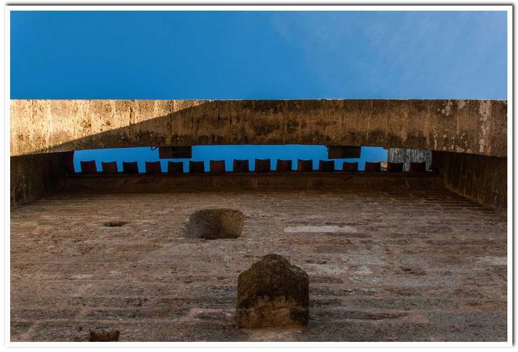 première enceinte : fortification de la porte