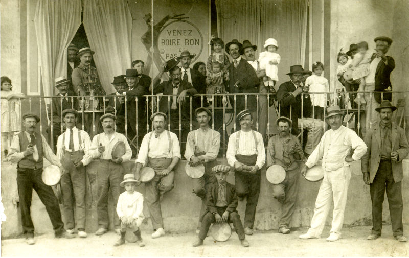 L'équipe de tambourin en 1922, devant le Grand café