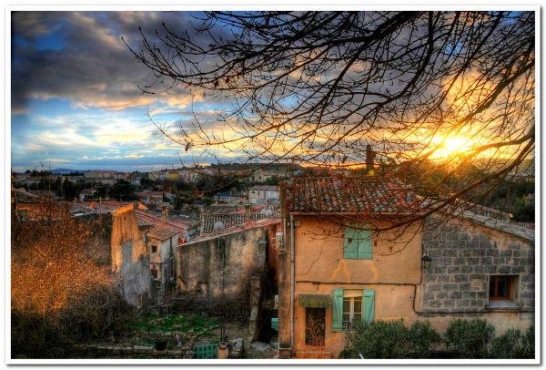 coucher de soleil sur le village