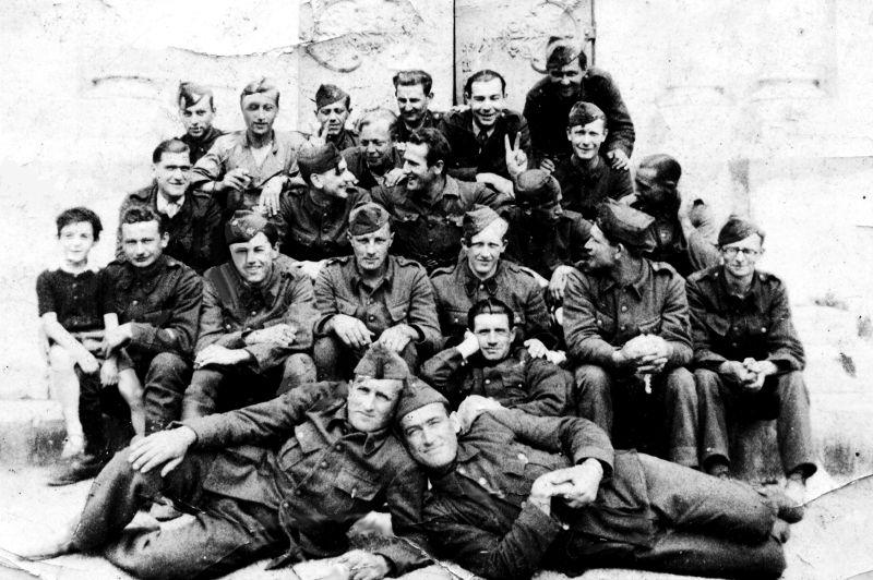Soldats Belges devant l'église de Montbazin